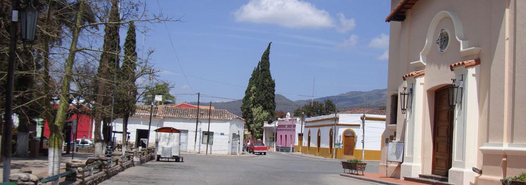 Vista de la Iglesia, al frente la plaza de Chicoana